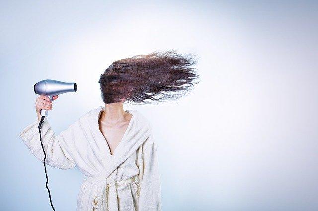 Как не испортить волосы феном: ошибки, которые не стоит допустить